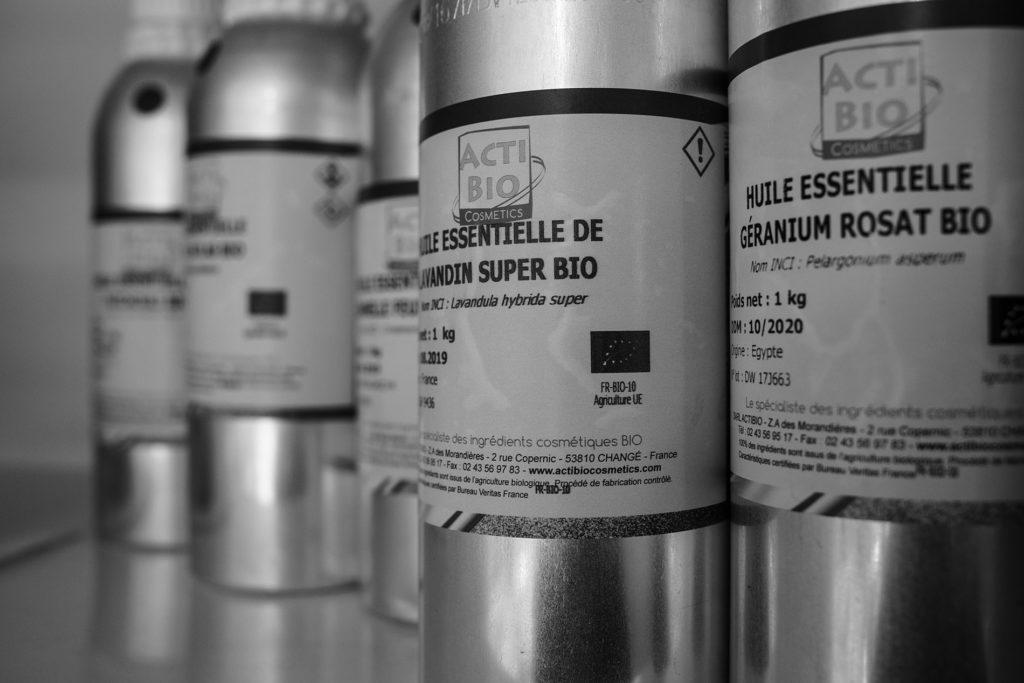 Reportage artisan en Mayenne avec Sacé Nature. Partie 1. photographie noir et blanc de bouteilles d'huiles essentielles.