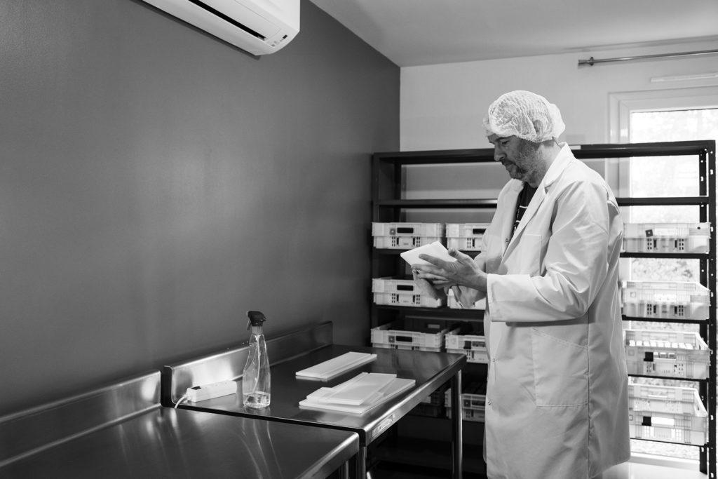 Reportage artisan en Mayenne avec Sacé Nature. Partie 1. Photographie d'un artisan savonnier dans son laboratoire.
