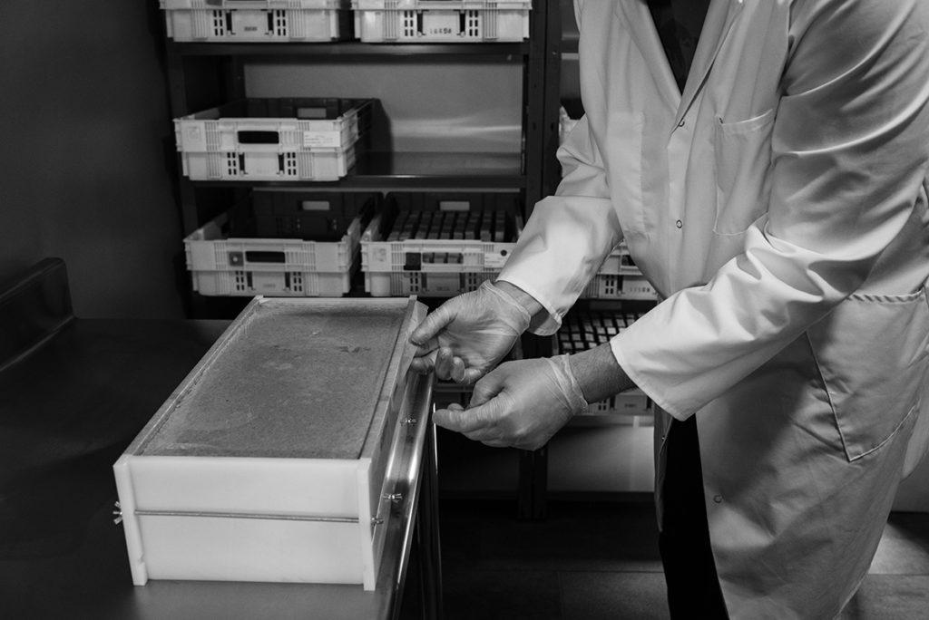 Reportage artisan en Mayenne, avec Sacé Nature. Partie 2. Photographie noir et blanc, production de savon.