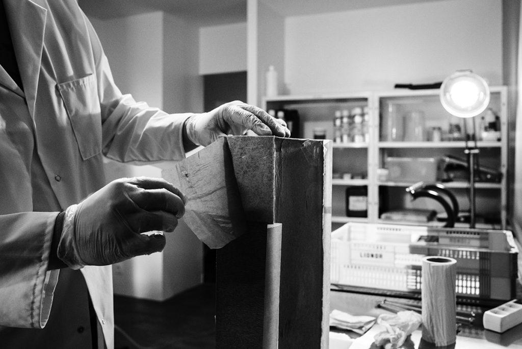 Reportage artisan en Mayenne, avec Sacé Nature. Partie 2. Préparation d'un bloc de savon pour la découpe.