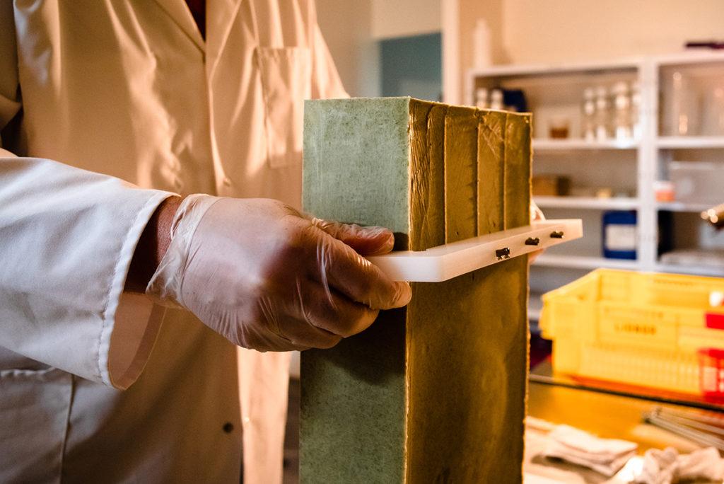 Reportage artisan en Mayenne, avec Sacé Nature. Partie 2. Reportage chez un artisan savonnier, découpe du savon.