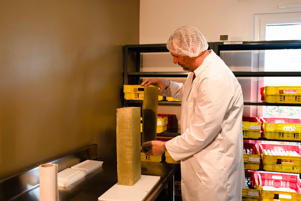 Reportage artisan en Mayenne, avec Sacé Nature. Partie 2. Reportage sur un artisan savonnier, découpe du savon.