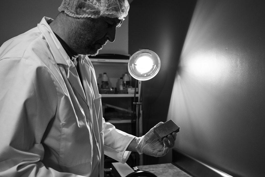 Reportage artisan en Mayenne, avec Sacé Nature. Partie 2. reportage chez un artisan savonnier, découpe des savons.