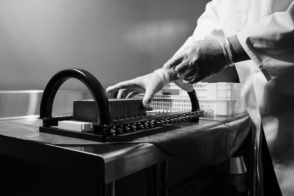 Reportage artisan en Mayenne, avec Sacé Nature. Partie 2. Reportage chez un artisan savonnier. Découpe des savons.