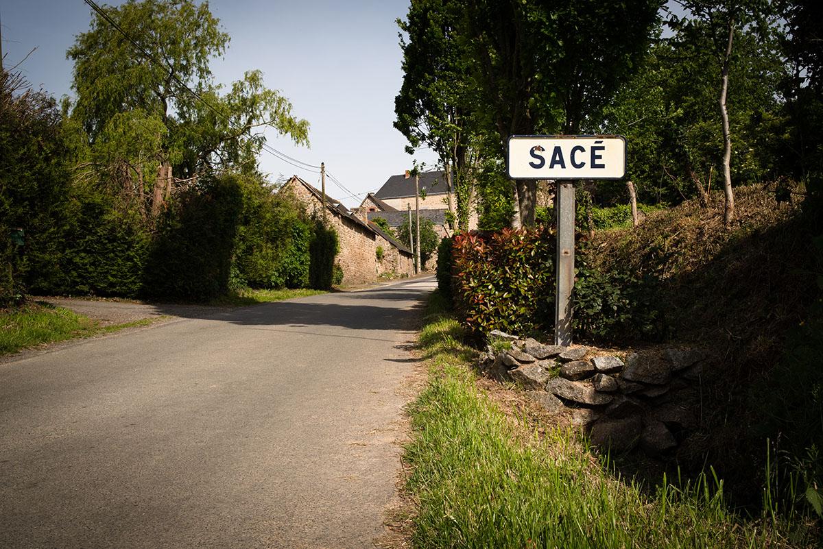 Reportage artisan en Mayenne avec Sacé Nature. Partie 2. Photographie du village de Sacé en Mayenne.