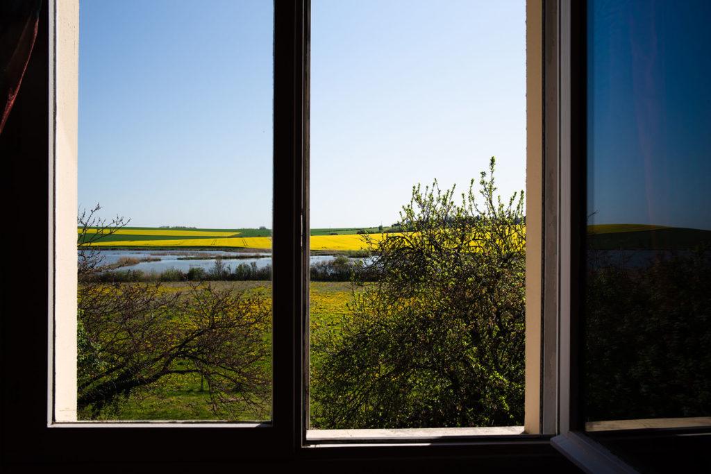 Weekend touristique et retrouvailles entre amis dans la Marne. Photographie d'une vue extérieure depuis une fenêtre.