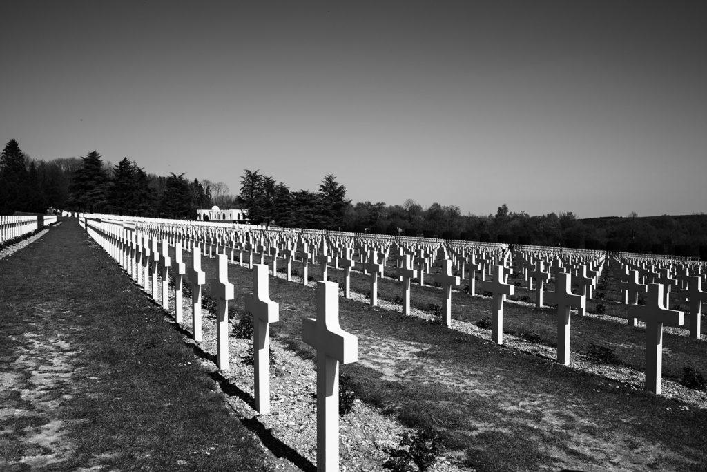 Weekend touristique et retrouvailles entre amis dans la Marne. Photographie du cimetière militaire devant l'ossuaire de Douaumont.