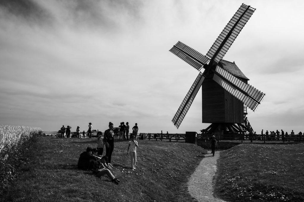 Weekend touristique et retrouvailles entre amis dans la Marne. Moulin de Valmy, photographie en noir et blanc.