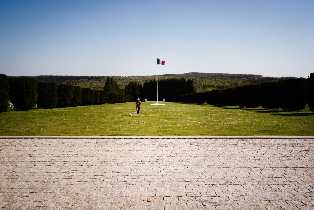 Weekend touristique et retrouvailles entre amis dans la Marne. Esplanade devant l'ossuaire de Douaumont.