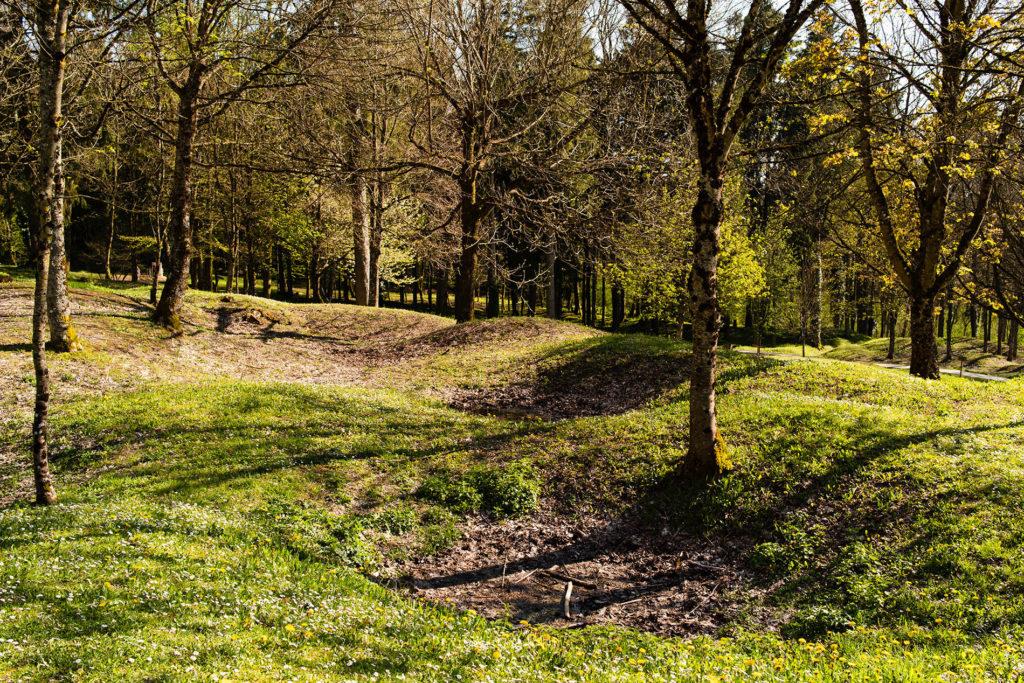 Weekend touristique et retrouvailles entre amis dans la Marne. Paysage façonné par les trous d'obus dans le village détruit de Fleury.