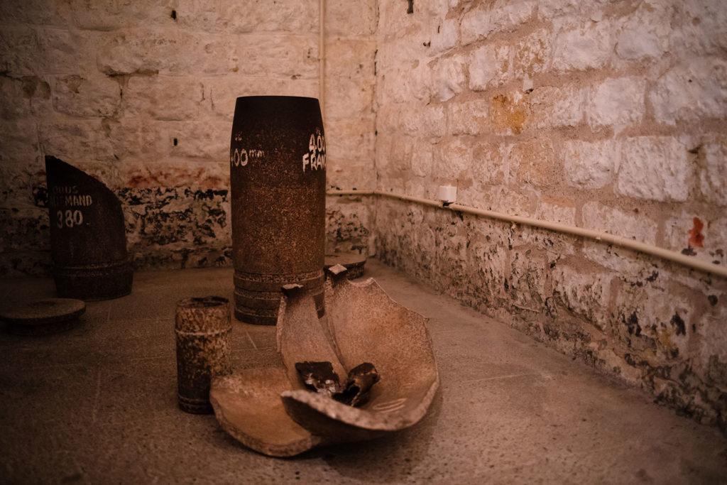 Weekend touristique et retrouvailles entre amis dans la Marne. Photographie des restes d'obus dans le fort de Douaumont.