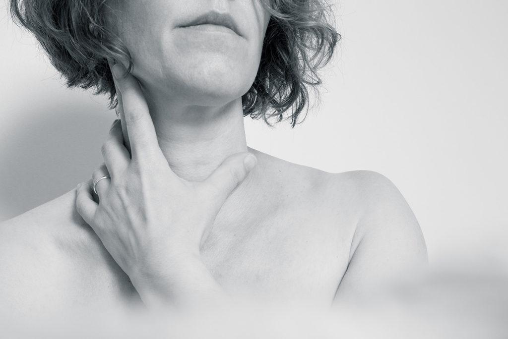 Pourquoi réaliser des autoportraits ? Photographie en noir et blanc, détails sur une main. Portrait de femme.