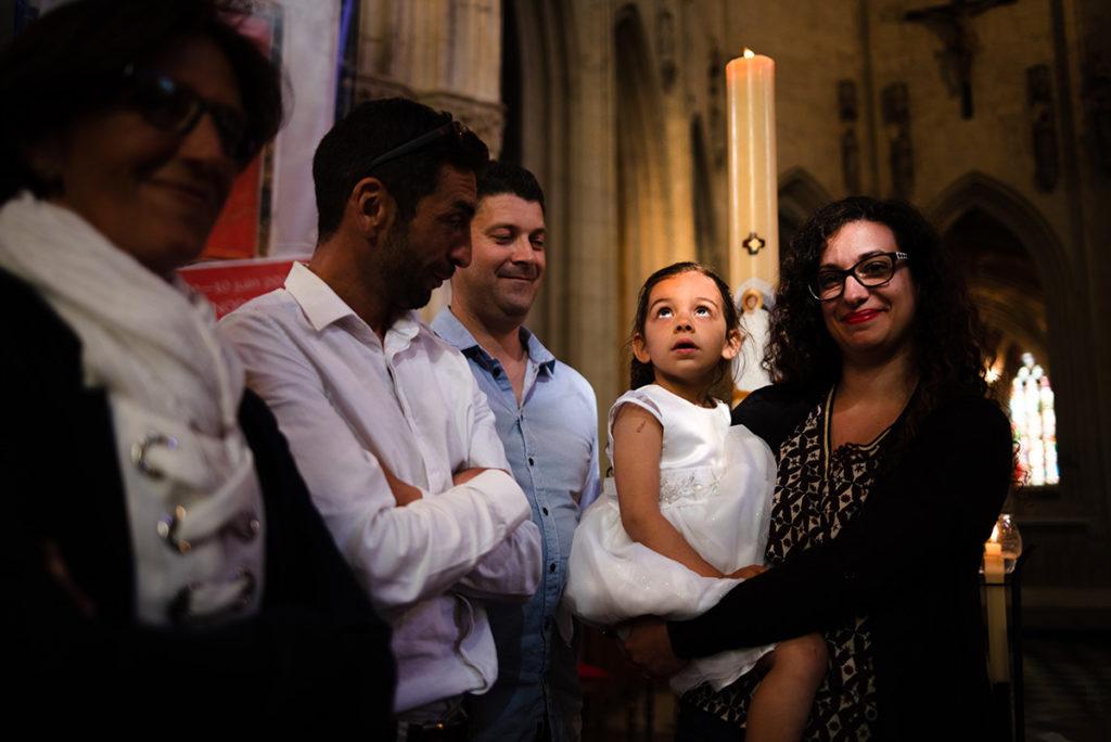 Reportage de baptême à La Ferté Bernard dans la Sarthe. Phhotographie en clair obscur, portrait dans l'église.