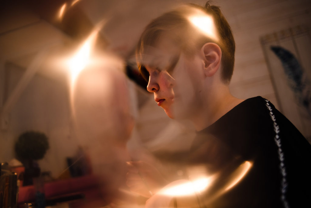 Comment rester créatif en photographie de portrait ? Portrait créatif d'une jeune fille à travers un prisme.