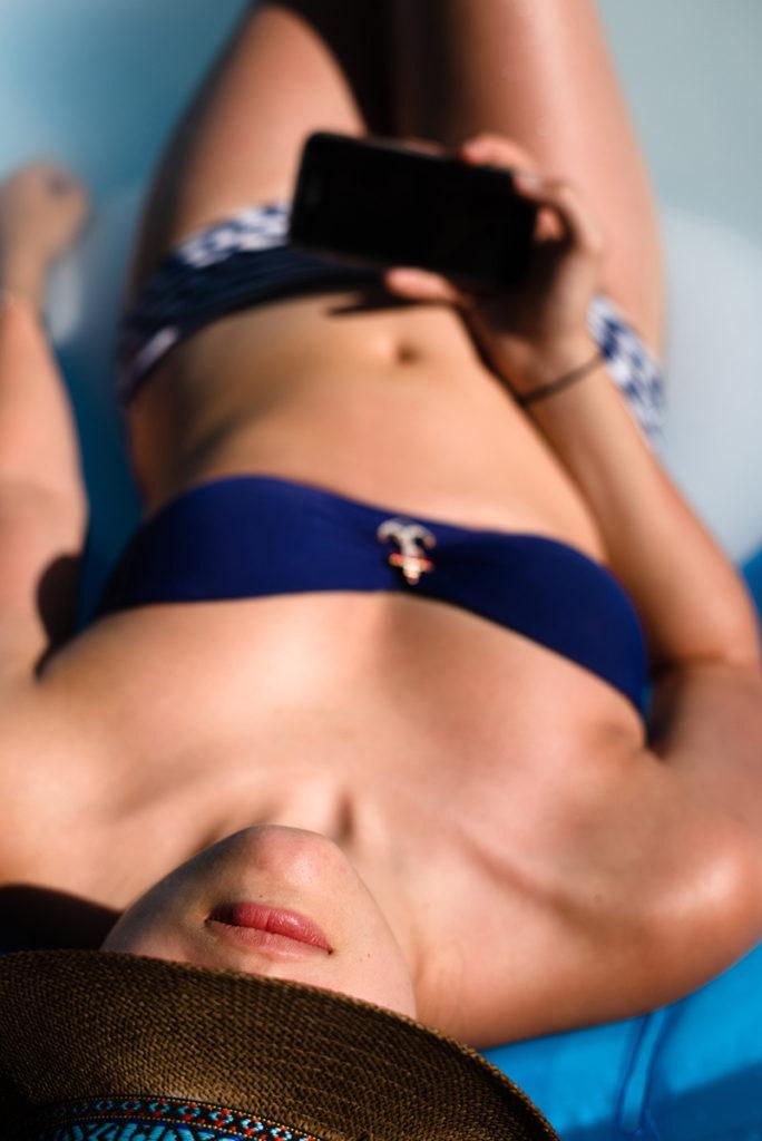 Faire du portrait en plein soleil. Portrait couleur dans la piscine.