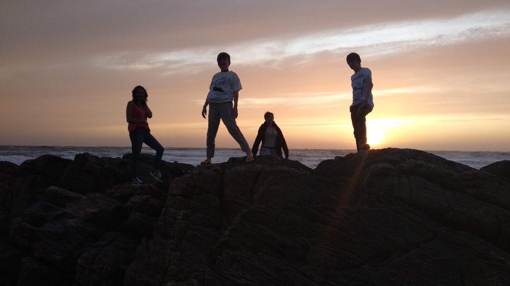 Une photo, une histoire #5. Photographie au bord de la mer, silhouettes au coucher de soleil.