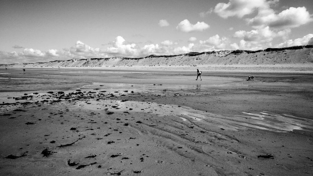 Photographe, apprendre à lâcher prise. Scènes de vie en noir et blanc, plage de Sauveterre aux Sables d'Olonne.