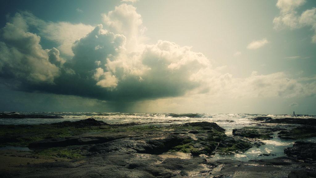 Photographe, apprendre à lâcher prise. Nuage de pluie sur la mer. Plage de la paracou aux Sables d'Olonne