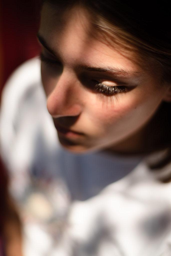 Mon projet photo 52 : qu'est-il devenu ? Gros plan d'une jeune fille, mise au point sur les cils.