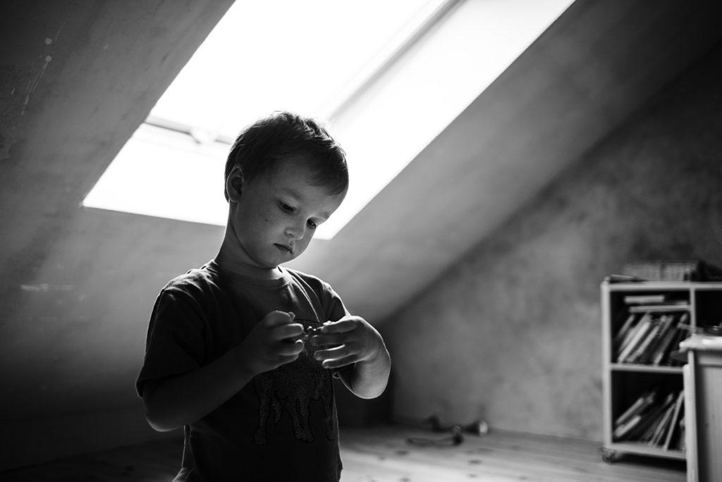 Mon projet photo 52 : qu'est-il devenu ? Photo en noir et blanc d'un petit garçon dans sa chambre. Contre-jour.