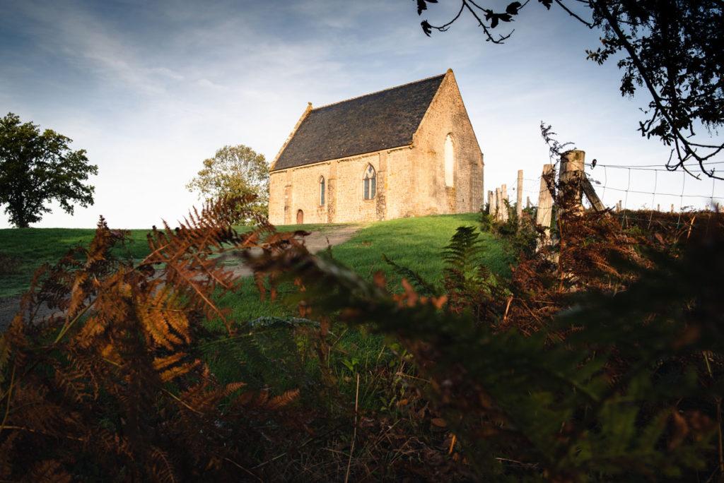 Sortie nature à la chapelle du Montaigu, en Mayenne. Chapelle du Montaigu sous le soleil matinal en automne.