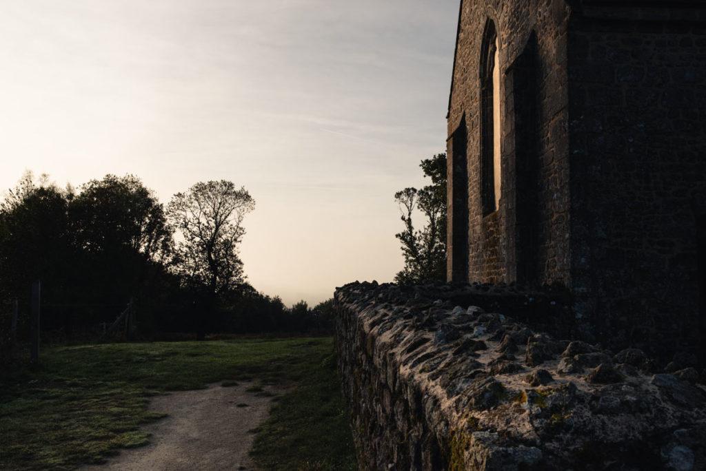 Sortie nature à la chapelle du Montaigu, en Mayenne. Chapelle sous la lumière rasante du matin en automne.