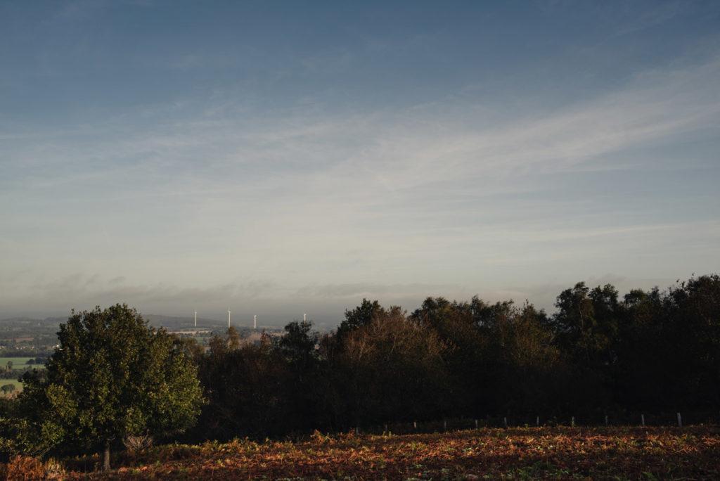 Sortie nature à la chapelle du Montaigu, en Mayenne. Paysage du bocage mayennais vu depuis le site du Montaigu. Automne.