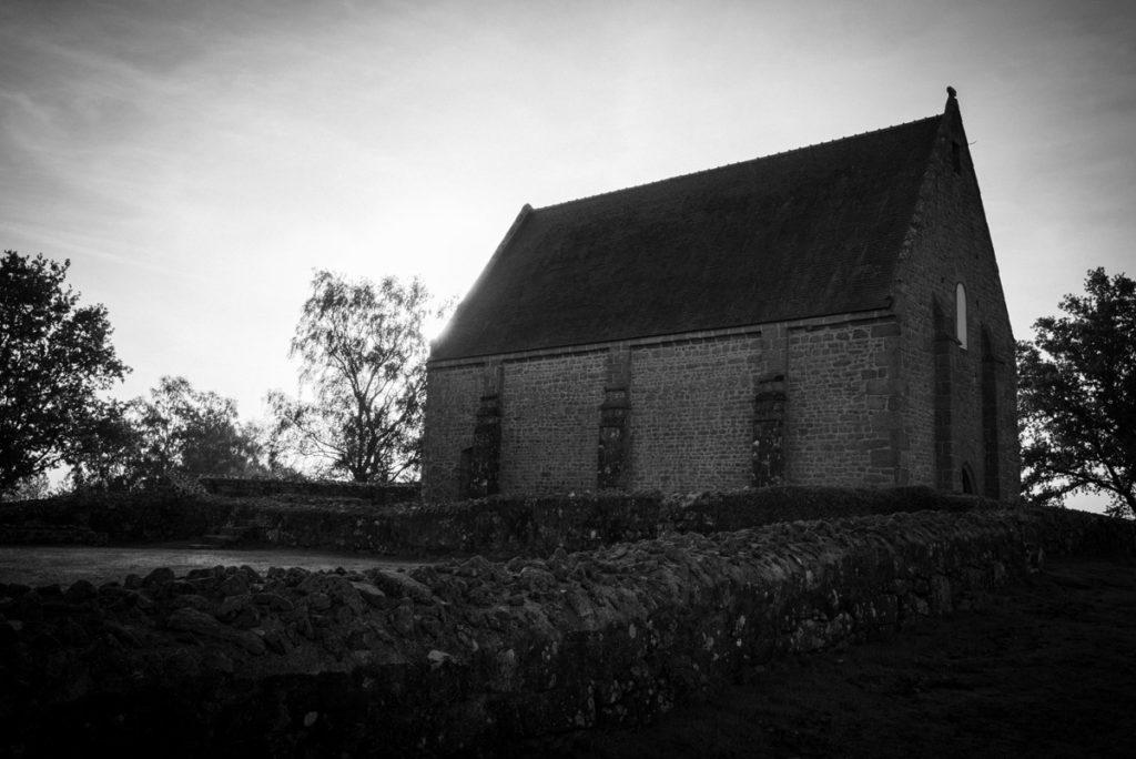 Sortie nature à la chapelle du Montaigu, en Mayenne. Chapelle du Montaigu en contre-jour et en noir et blanc.