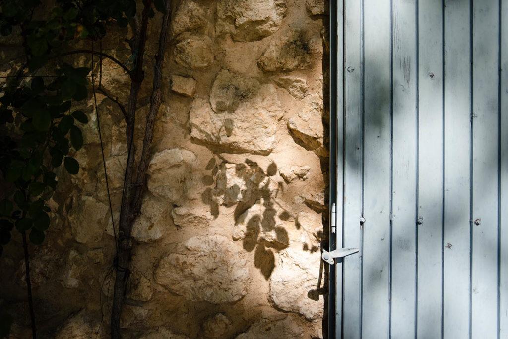 Et la lumière fut ! Détail d'une ombre sur un mur.