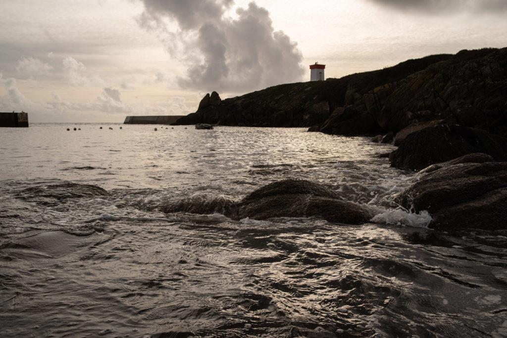 Cours de photographie débutant. Photographie du port de Plozévet en contre-jour.
