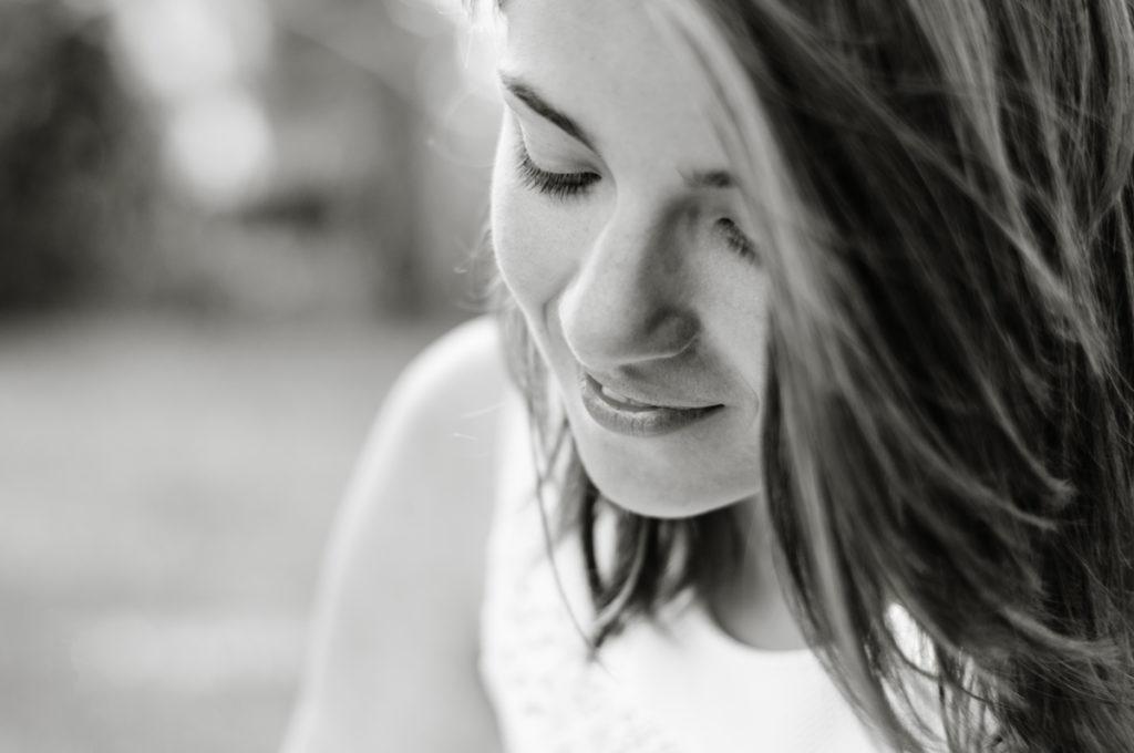 Cours de photographie débutant. Portrait en noir et blanc d'une jeune fille.