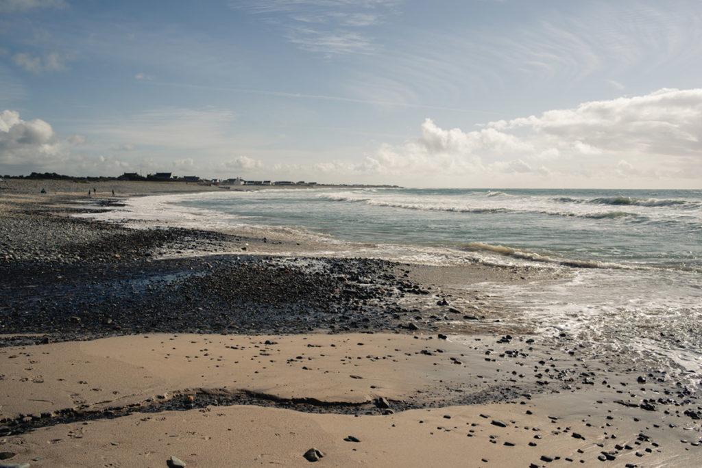 Reportage de famille à Plozevet. Plage du Menhir à Plozévet, vue sur les galets et la mer.