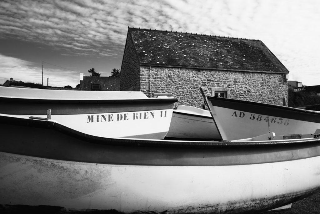 Reportage de famille à Plozevet. Photographie en noir et blanc des bateaux à Pors-Poulhan. Séance de famille.