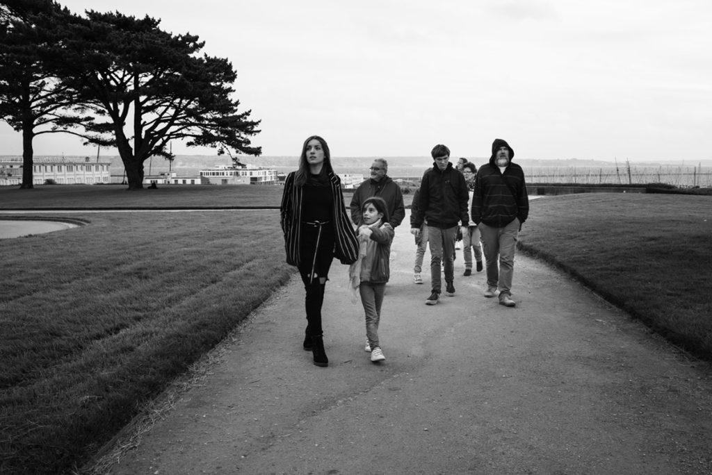 Reportage de famille à Plozevet. Photographie en noir et blanc d'une famille en visite à Brest, près du château. séance famille.
