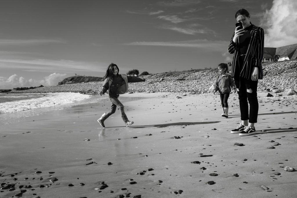 Reportage de famille à Plozevet. Enfants jouant sur la plage lors d'un reportage de famille.