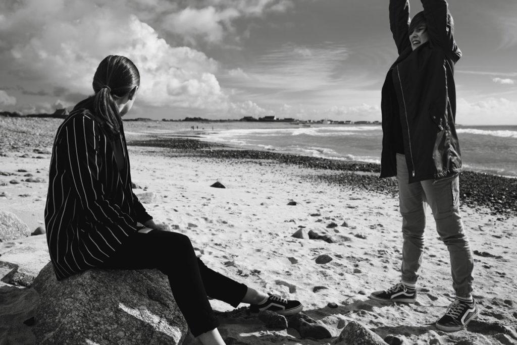 Reportage de famille à Plozevet. Portraits spontanés sur la plage. Photographie noir et blanc.