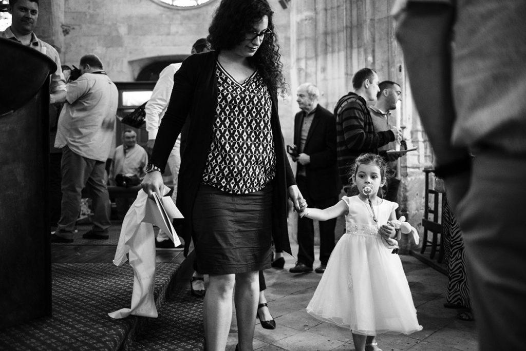 Pourquoi je fais le choix de la photographie en noir et blanc ? Photographie en noir et blanc, reportage de baptême. Fin de la cérémonie.
