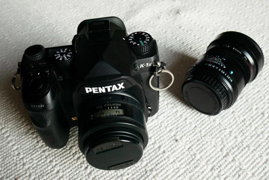 Quel matériel j'utilise pour mes reportages de famille ? Appareil photo Pentax K1 mark II et objectif 50mm f/1,4 plus 31mm f/1,8 tous deux de la marque Pentax.