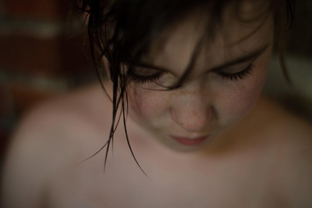 Rétrospective 2019, mes photos préférés ! Reportage de famille en Mayenne. Portrait en gros plan et faible profondeur de champ d'une jeune fille sortant de sa douche.Photographe Pascaline Michon.