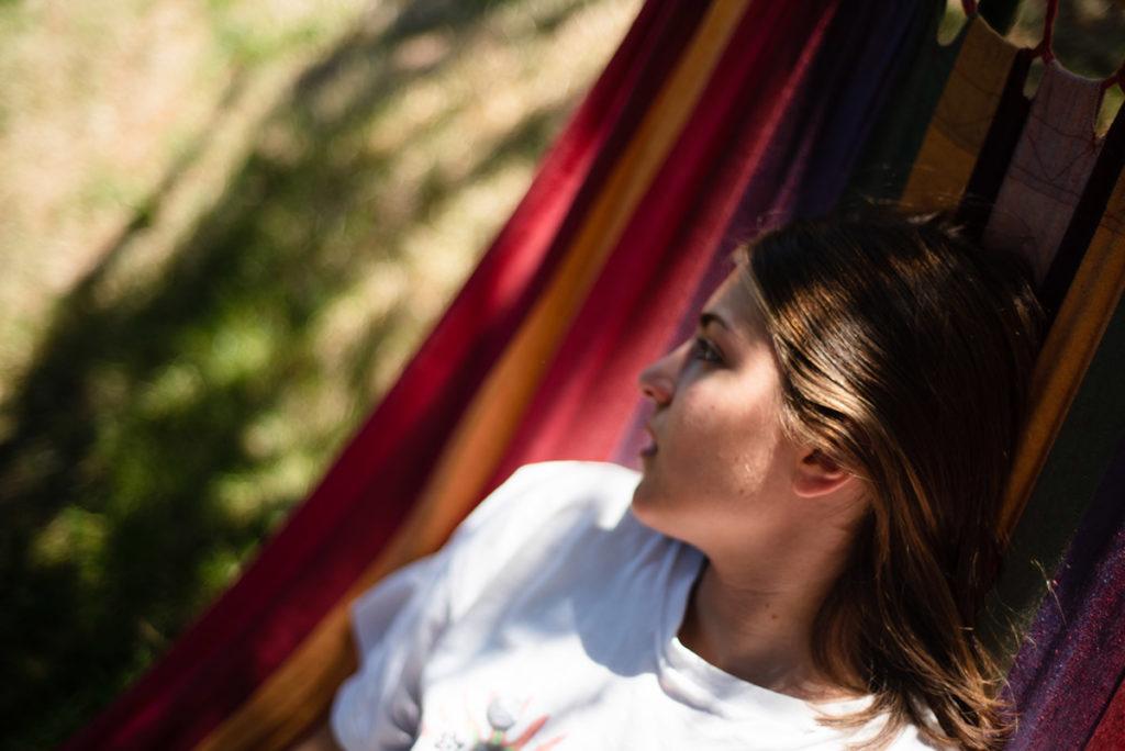 Rétrospective 2019, mes photos préférés ! Reportage de famille en Mayenne. Portrait d'une jeune fille en été dans son jardin. Très faible profondeur de champ. Photographe Pascaline Michon.