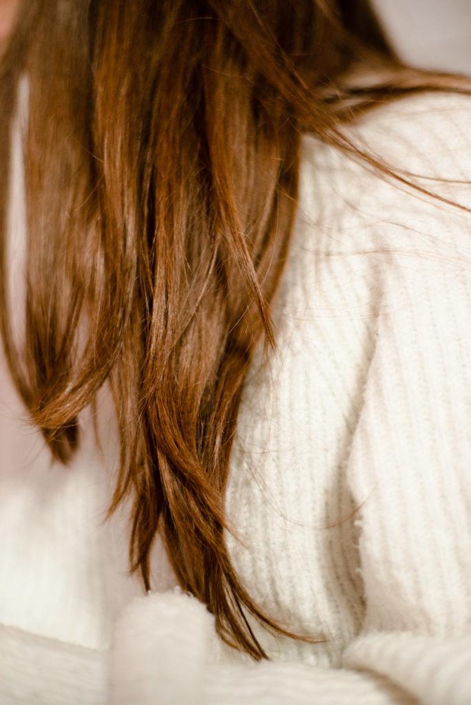 Rétrospective 2019, mes photos préférés ! Reportage de famille en Mayenne. Photographie de détails, gros plan sur la chevelure d'une jeune fille. Photographe Pascaline Michon.