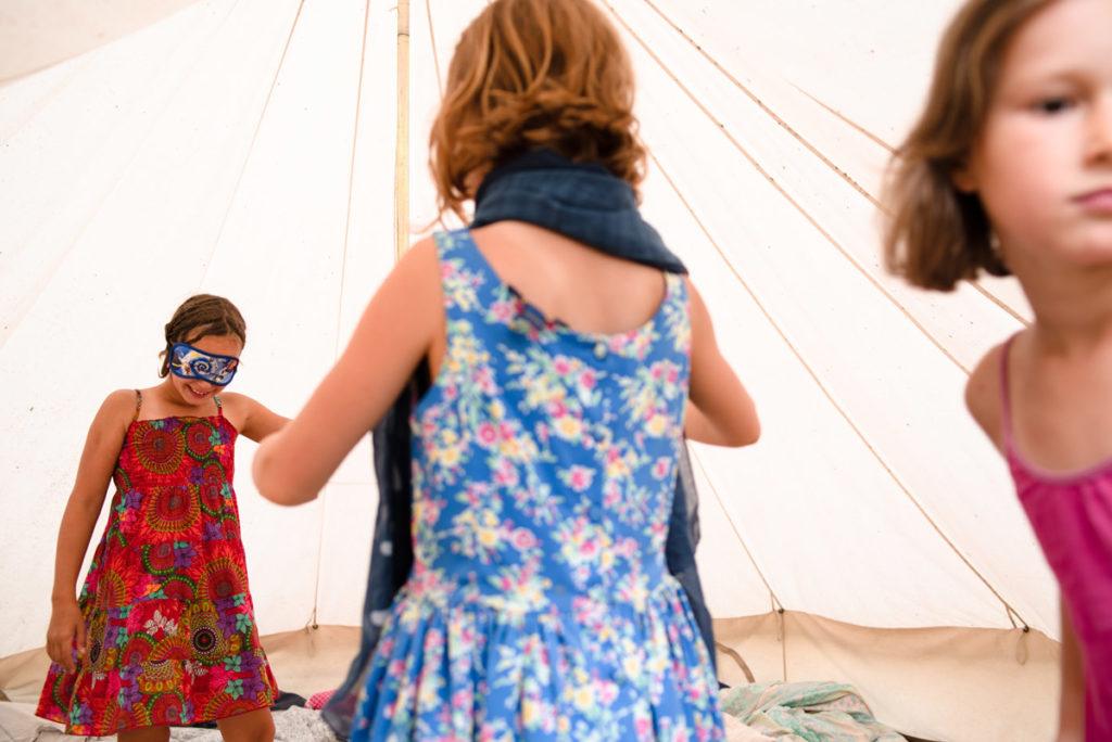 Rétrospective 2019, mes photos préférés ! Reportage de famille en Mayenne. Scène de vie du quotidien : 3 jeunes filles jouent dans une toile de tente. Photographe Pascaline Michon.