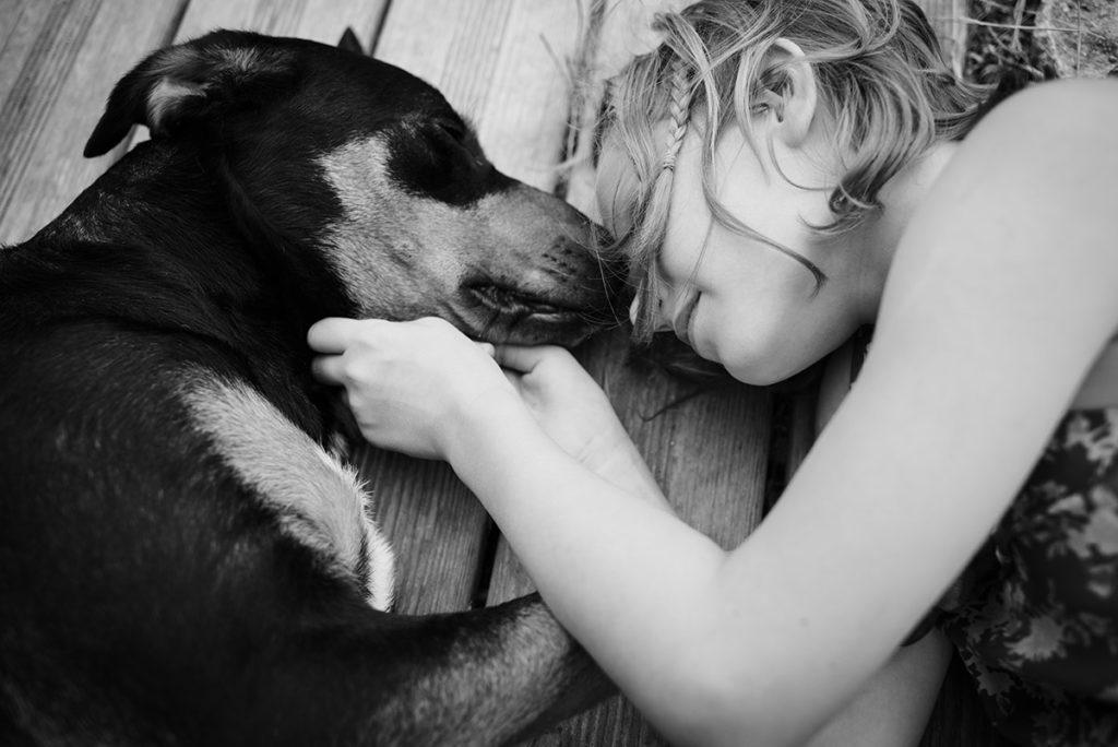 Rétrospective 2019, mes photos préférés ! Reportage de famille en Mayenne. Portrait en noir et blanc d'une jeune fille et son chien. Photographe Pascaline Michon.