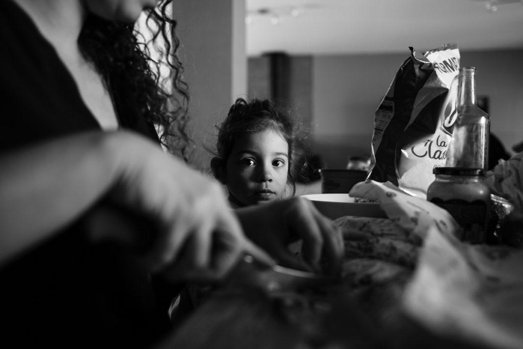 Rétrospective 2019, mes photos préférés ! Reportage de famille dans la Sarthe. Portrait en noir et blanc d'une scène de vie familiale. Photographe Pascaline Michon.