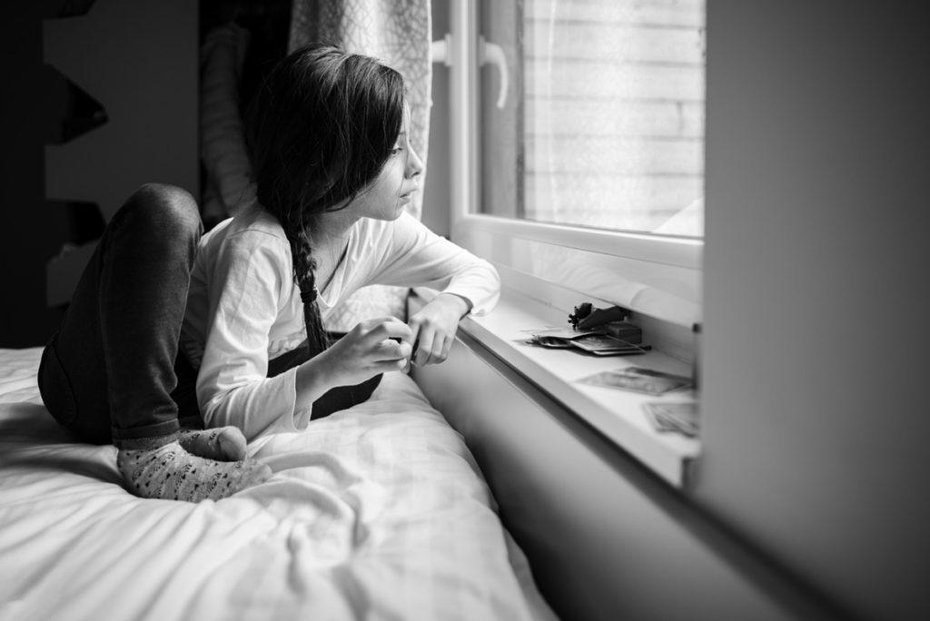 Rétrospective 2019, mes photos préférés ! Portrait en noir et blanc d'une enfant, dans un cottage de Center parcs Le Bois aux Daims. Photographe Pascaline Michon.