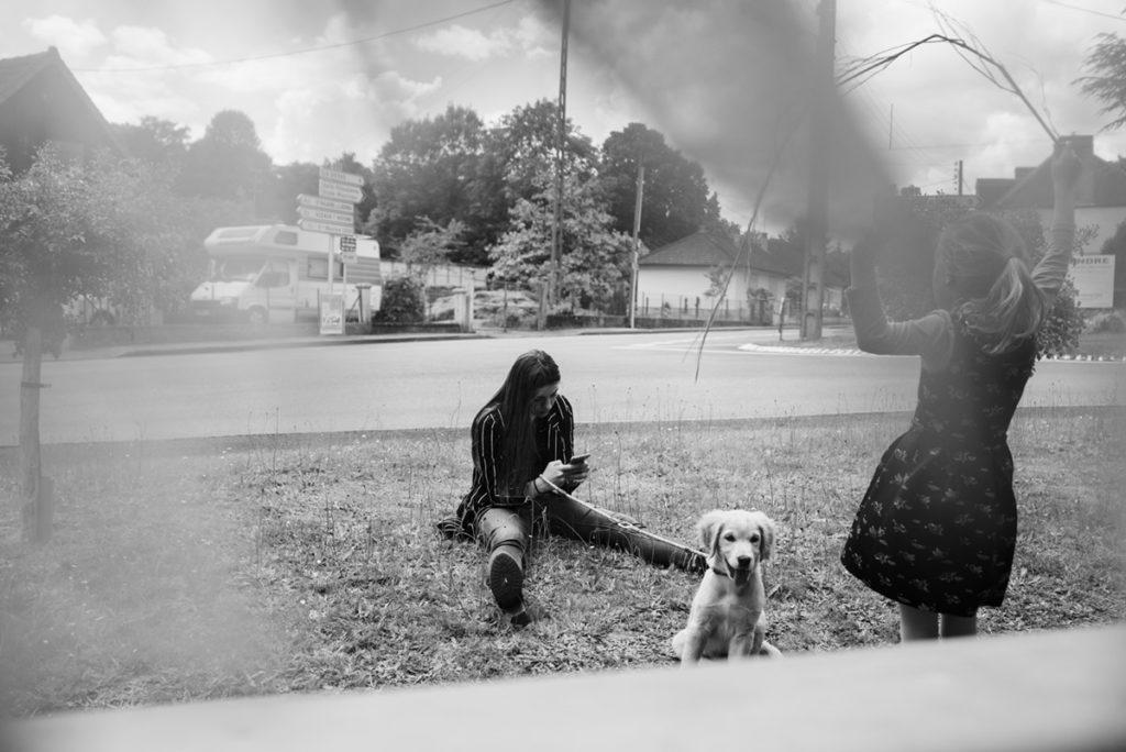 Rétrospective 2019, mes photos préférés ! Reportage de famille dans la Sarthe. Portrait en noir et blanc d'une scène de vie en extérieur. Deux jeunes filles et un chien. Photographe Pascaline Michon.