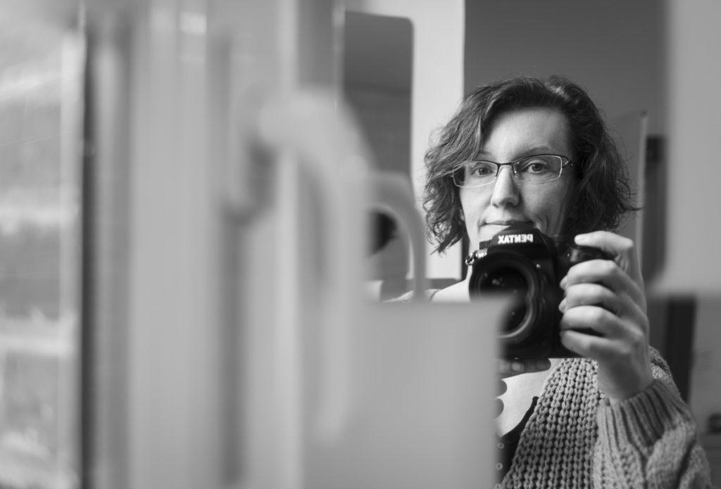 Mes autoportraits en 2019. Autoportrait en noir et blanc réaliser dans un miroir. Photographe Pascaline Michon.