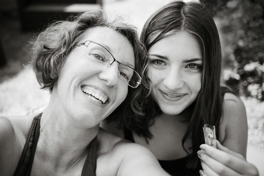 Mes autoportraits en 2019. Autoportrait estival avec ma fille. Noir et blanc. Photographe Pascaline Michon.