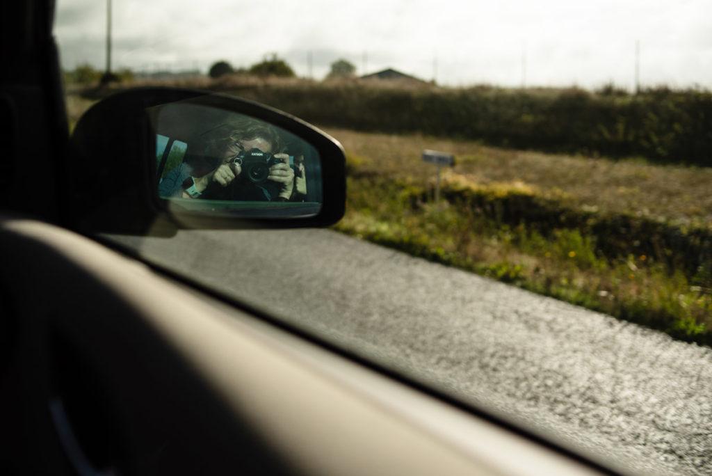 Mes autoportraits en 2019. Autoportrait dans le rétroviseur lors d'un trajet en voiture. Photographe Pascaline Michon.