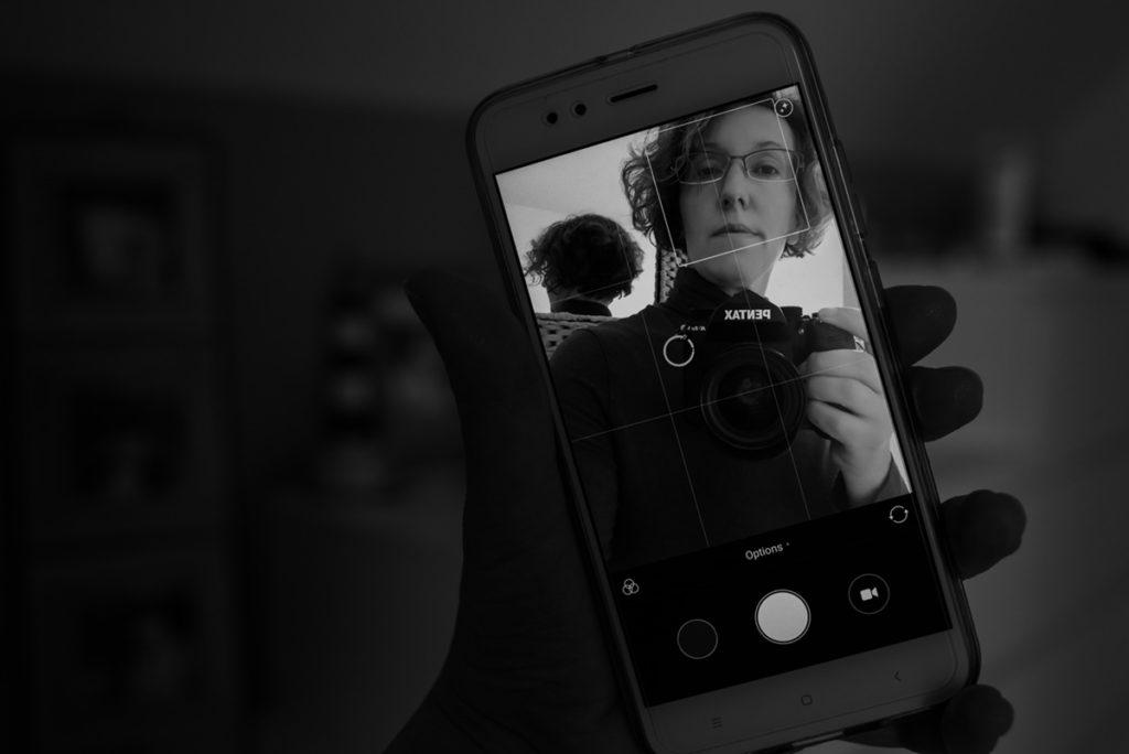 Mes autoportraits en 2019. Effet de mise en abime d'un autoportrait sur mon téléphone. Pascaline Michon Photographe.
